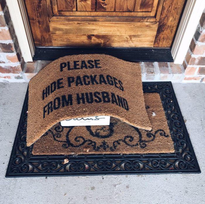 paquete debajo de un tapete