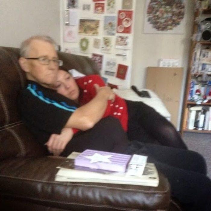 chica currucada en el sillón con su papá