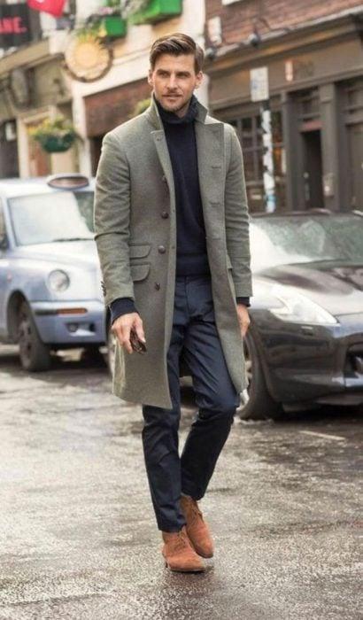 Hombre con un abrigo largo