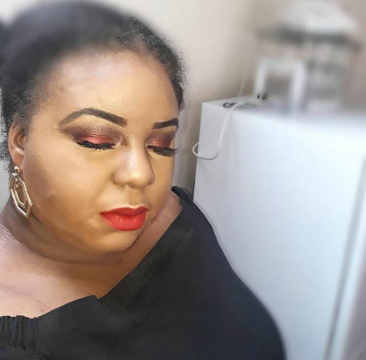 mujer de color maquillada feo