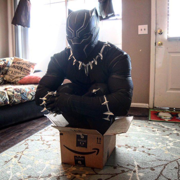 pantera negra en una cajita