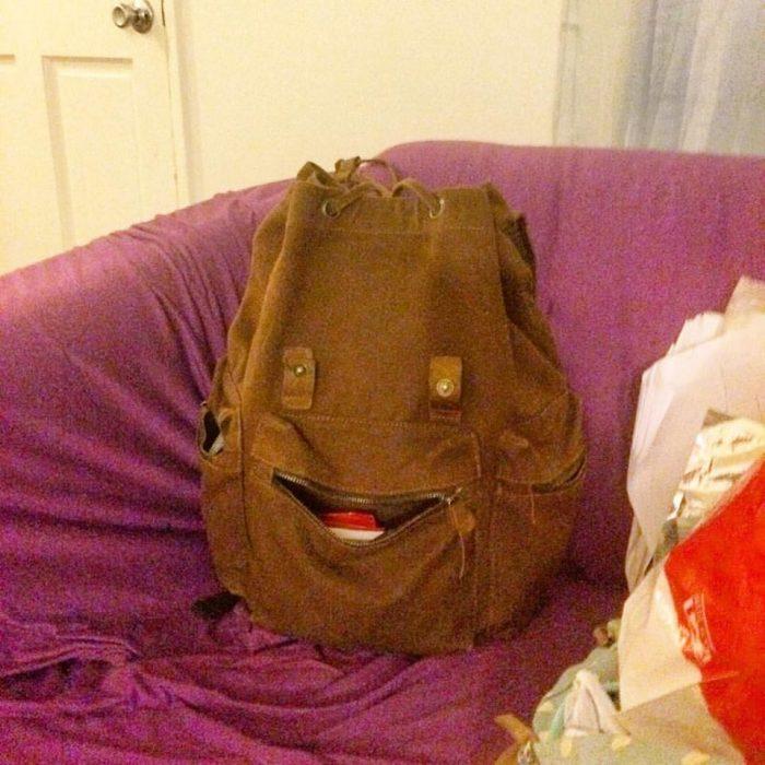 mochila pareidolia feliz