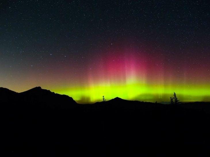 Aurora boreal colores verde y fuccia