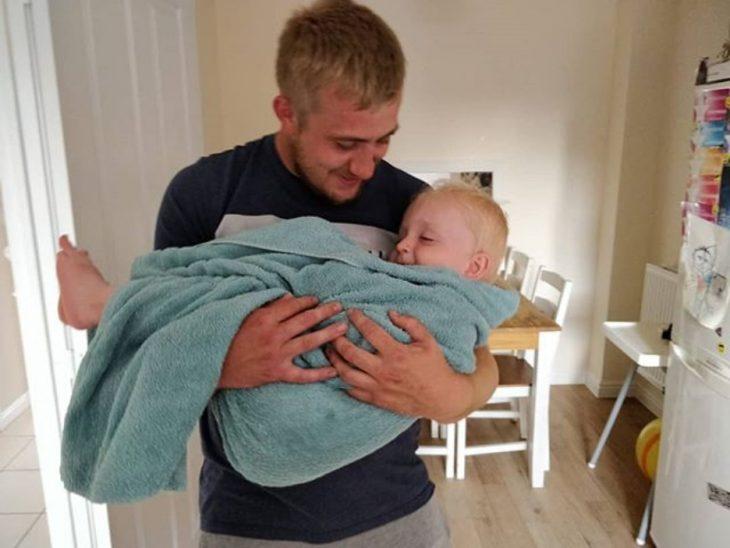 padre joven abraza a su hijo