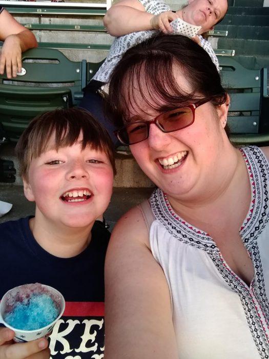 señora hace photobom en una foto de madre e hijo