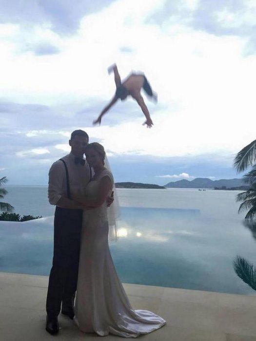 boda mientras un chico cae al mar