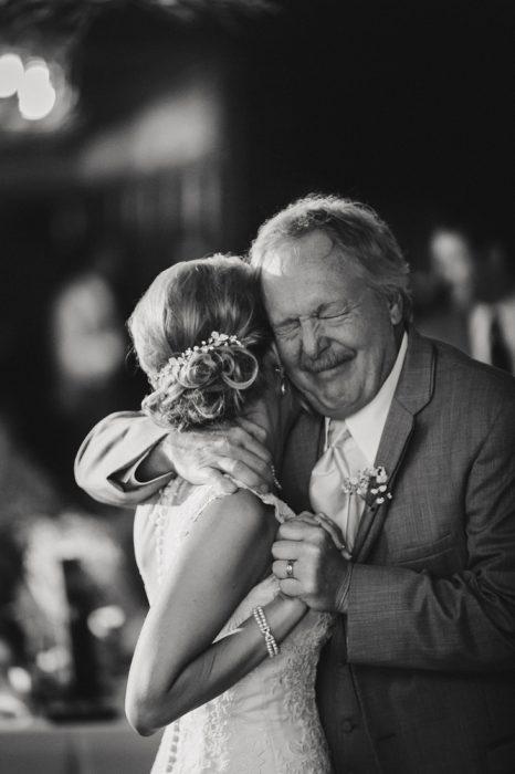 papá abraza a su hija en su boda