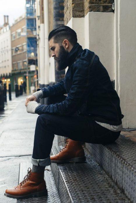 hombre con botas estilo militar