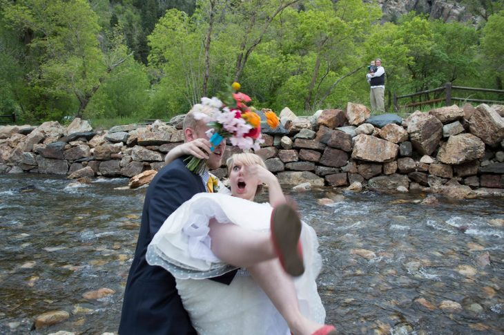 novio cae a novia mientras cae