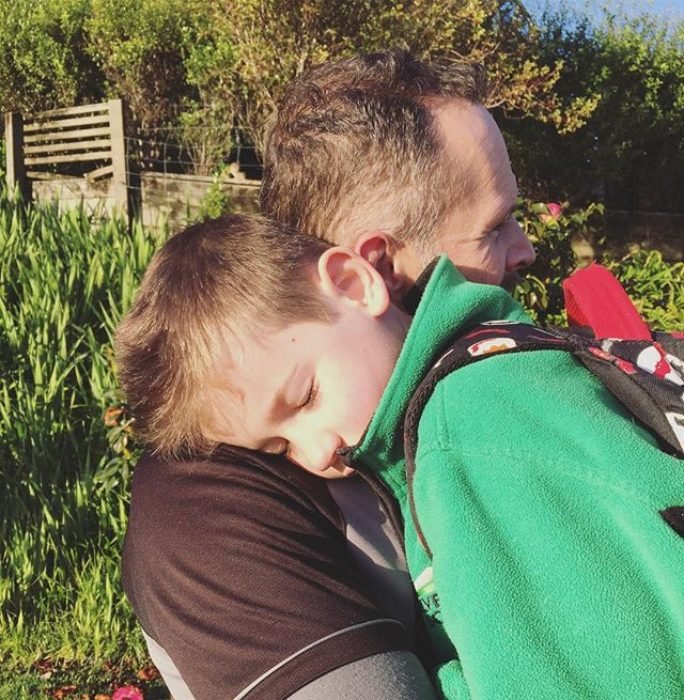 abrazo cálido entre padre e hijo