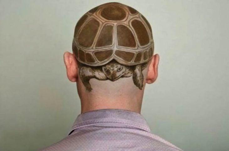 tatuaje en el cuero cabelludo de tortuga