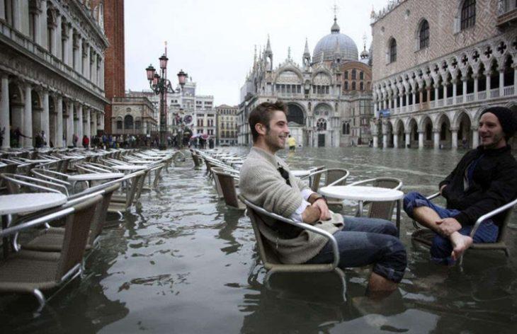 chicos charlando en ciudad europea inundada