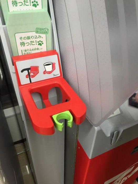 cajeros automáticos con bastones para las personas de la tercera edad