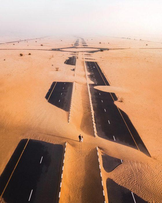 carretera después de una tormenta de arena en Dubai