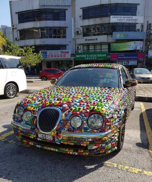 coche decorado con más coches