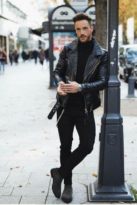 hombre vestido de negro con chaqueta de cuero
