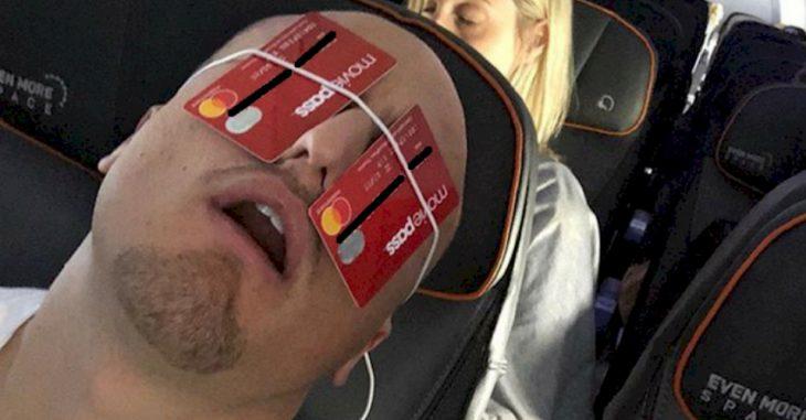 hombre con tarjetas de crédito en sus ojos
