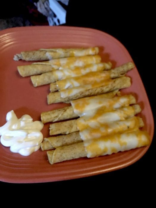 taquitos con queso amarillo