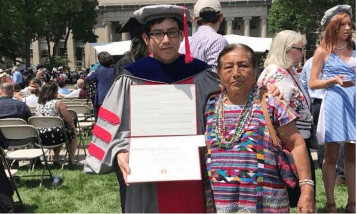 joven graduado y su madre indígena