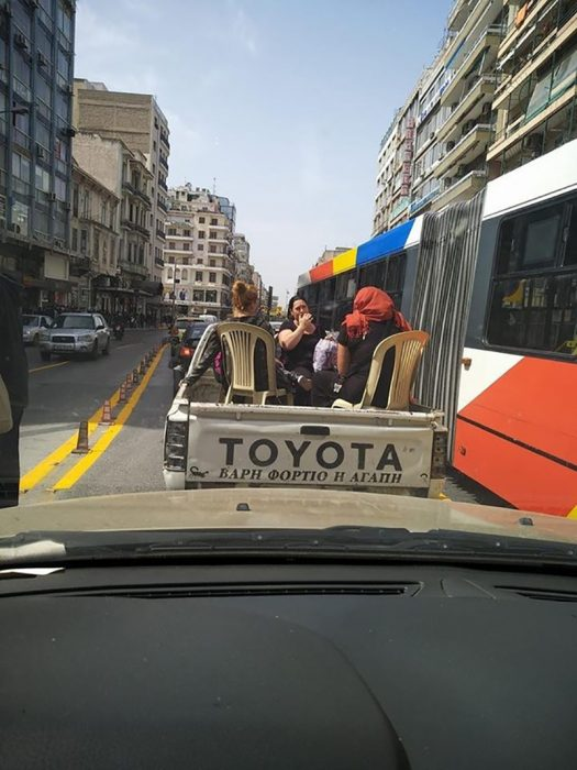mujeres en sillas sobre una camioneta