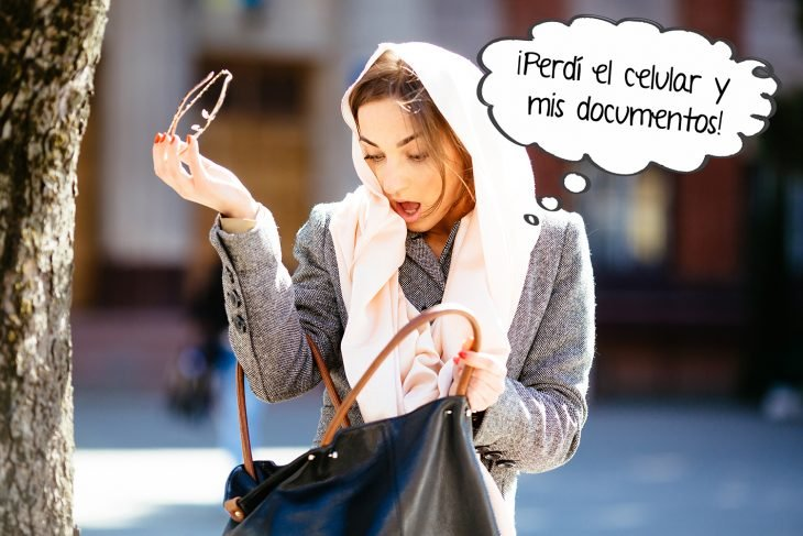 mujer buscando algo en su bolso