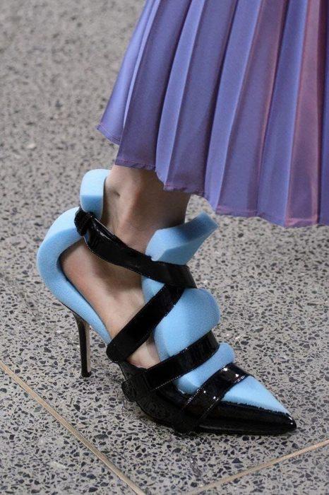 mujer usa esponjas para que le queden los zapatos