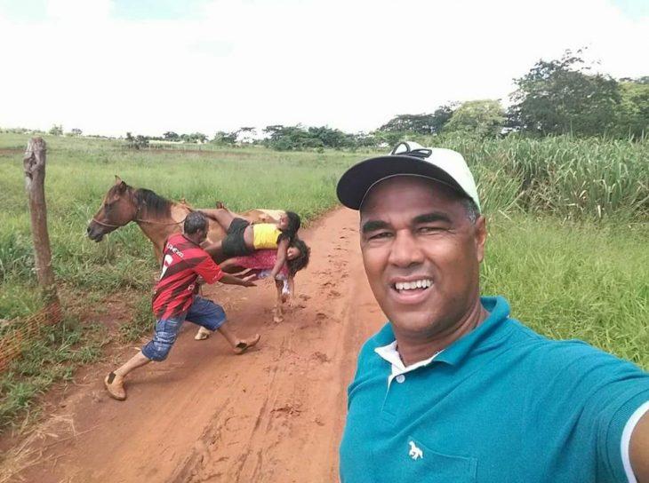 señor se toma una selfie mientras sus hijos se caen de un caballo