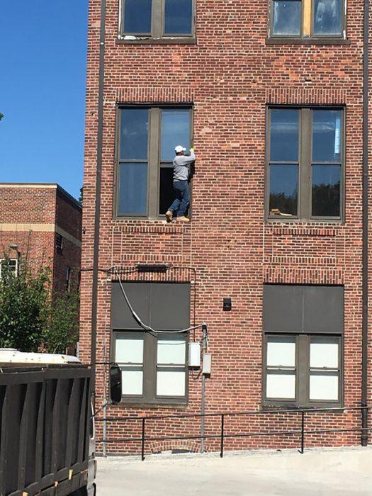 hombre en un edificio limpiando una ventana