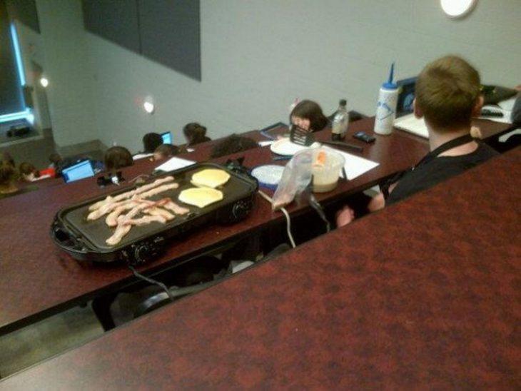alumno se prepara desayuno en su salón