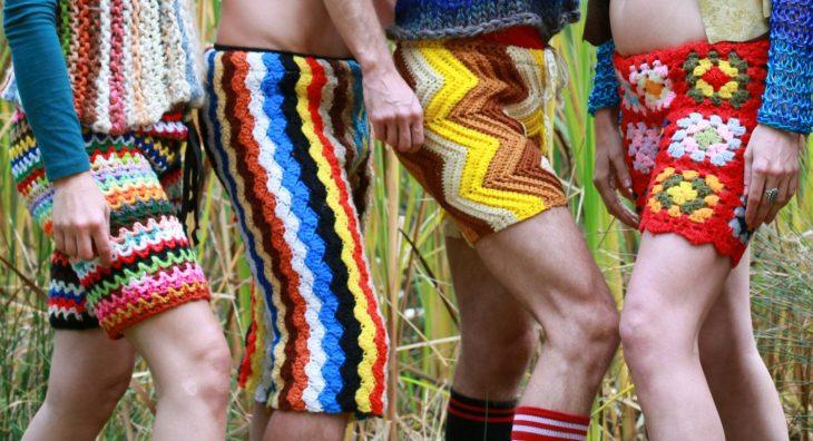 hombres con shorts tejidos