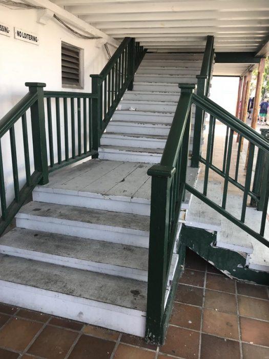 escalera que topa con el techo