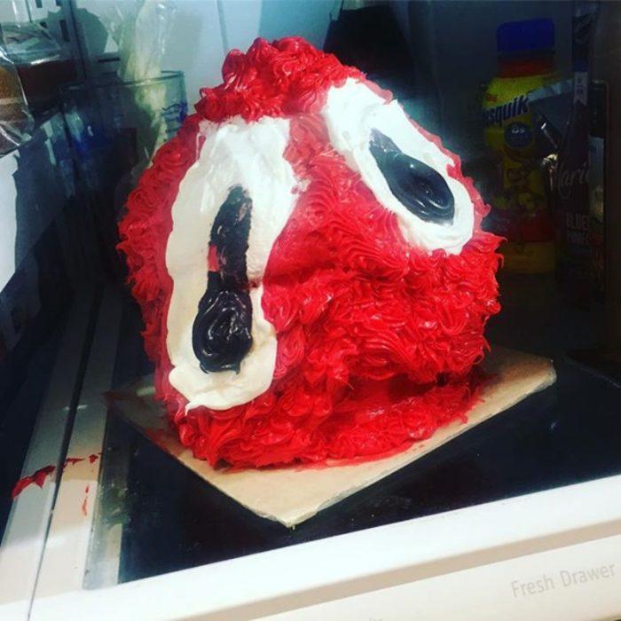 pastel de bola roja con ojos