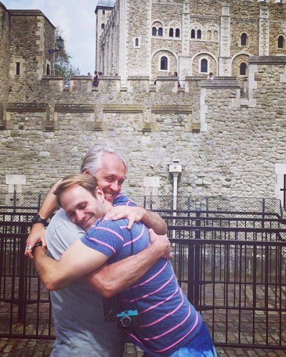 hombre adulto abrazando a su papá