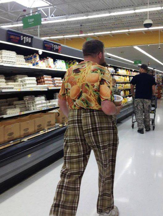 hombre con pantalones a cuadros y camisa de hamburguesas