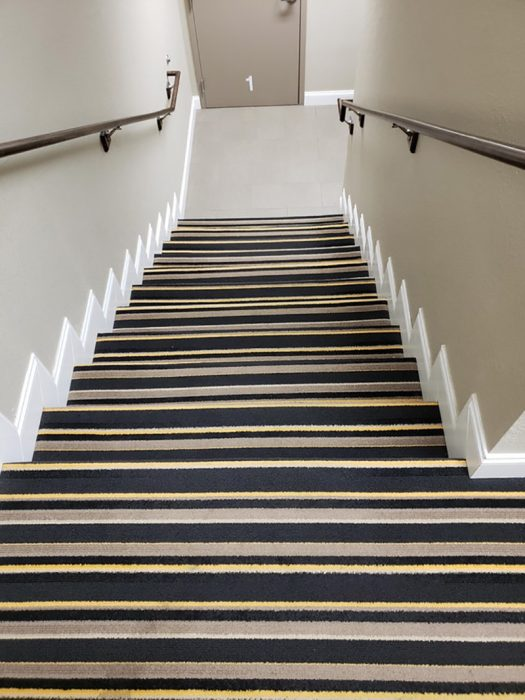 escaleras con alfombra de rayas