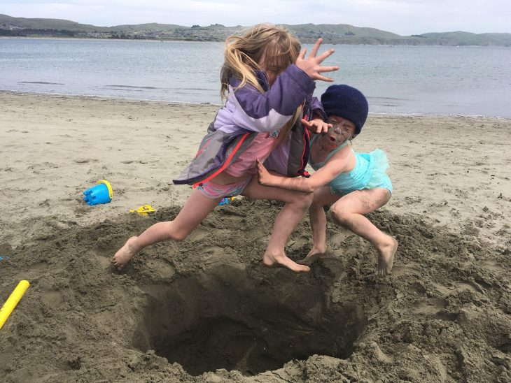 niñas chocan en la arena