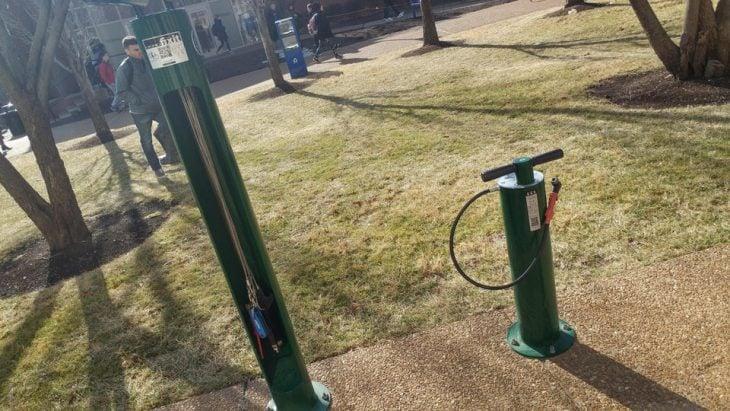 estaciones para reparar bicicletas en un campus