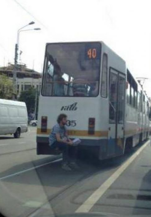 hombre sentado en la parte trasera de un autobús