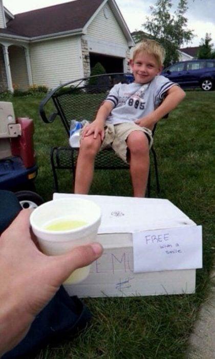 niño da limonada gratis a cambio de una sonrisa