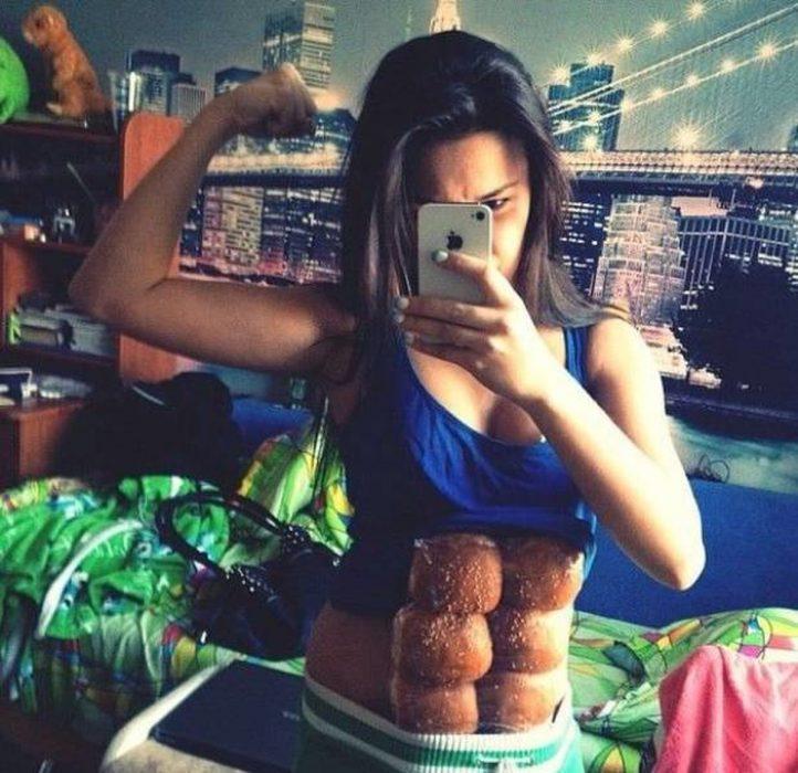 chica con hamburguesas en el abdomen