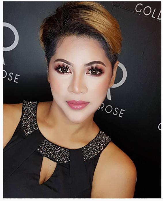 mujer ocn maquillaje más claro en el rostro que el resto de su piel