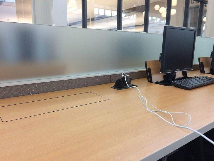 Escritorio que esconde la computadora para tener más espacio