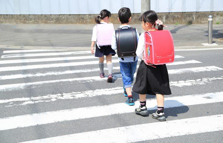 niños japoneses cruzando la calle