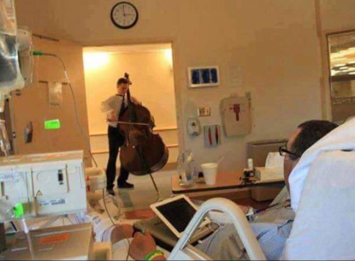 toca el chelo de forma gratuita a los pacientes del hospital