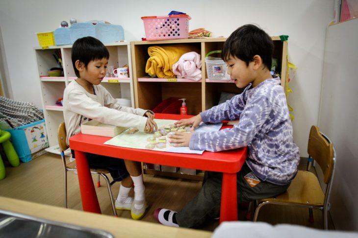 niños jugando ajedrez
