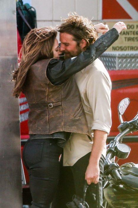 Bradley y Gaga abrazándose