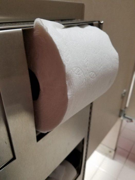 papel higiénico mal acomodado