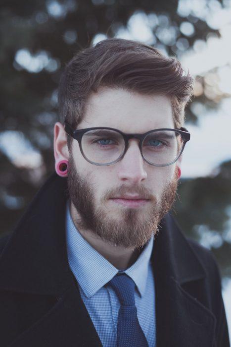 chico con barbita y lentes