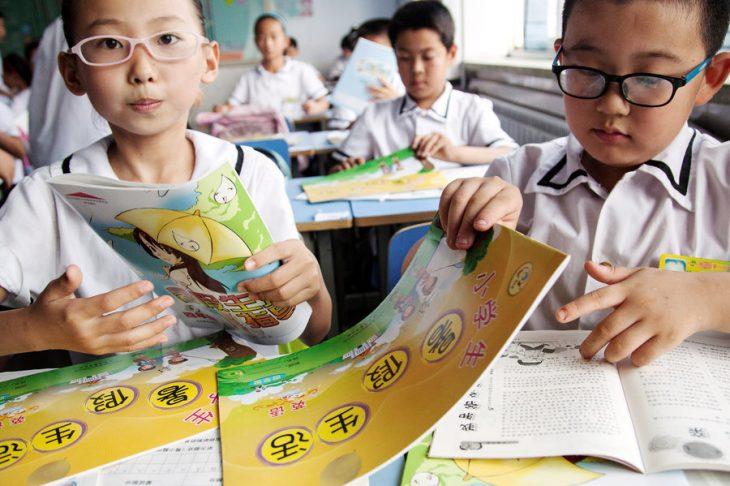 niños asiáticos leyendo libros