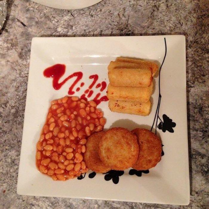 frijoles y tortitas de papa acomodados como si fueran un platillo gourmet